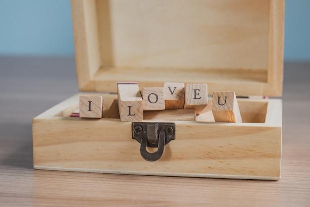 Skrzynia drewniane pudełko z pieczątką alfabetu. koncepcja miłości
