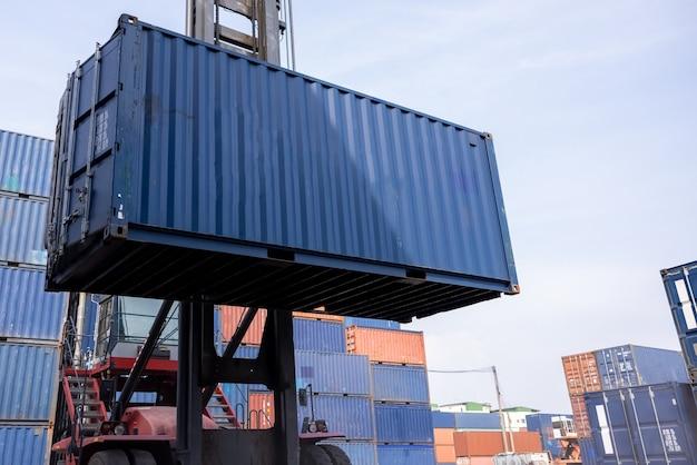 Skrzynia kontenerów do obsługi wózków widłowych w obszarze magazynu pracy tajlandia