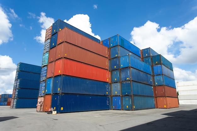 Skrzynia kontenerowa do transportu ładunków w stoczni logistycznej.