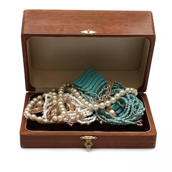 Skrzynia pełna skarbów biżuterii. izoluj na białym tle
