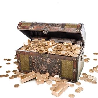 Skrzynia pełna złotych monet na białym tle. renderowania 3d