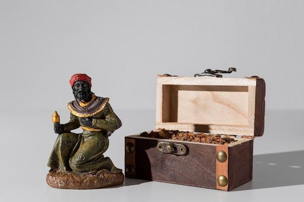 Skrzynia skarbów na święto trzech króli z kamieniami i magiem