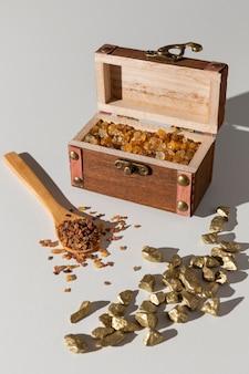 Skrzynia skarbów święta trzech króli z drewnianą łyżką i rodzynkami
