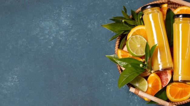Skrzynia z widokiem z góry na pomarańcze i sok z miejsca na kopię