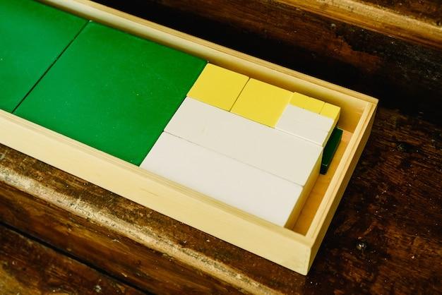 Skrzynie części do nauki geometrii i liczenia w klasie montessori
