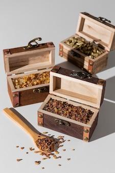 Skrzynie skarbów święta trzech króli z drewnianą łyżką i rodzynkami