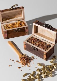 Skrzynie skarbów święta trzech króli z rodzynkami i drewnianą łyżką