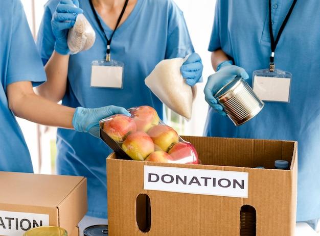 Skrzynka charytatywna przygotowywana do darowizny