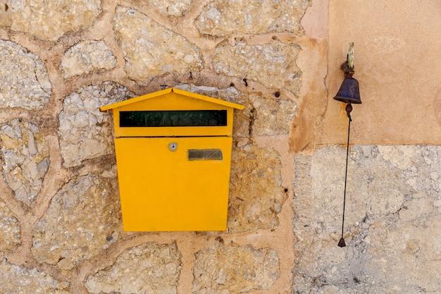 Skrzynka na listy i dzwonek osadzone w kamiennej ścianie,skrzynka na listy i dzwonek