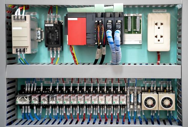 Skrzynka niskiego napięcia z zasilaniem elektrycznym. tło techniczne z programowalnymi jednostkami.