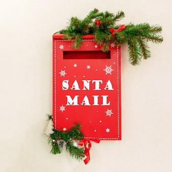 Skrzynka pocztowa dla dzieci, aby wysłać swoje świąteczne listy do świętego mikołaja