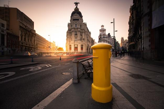 Skrzynka pocztowa przy gran via, głównej ulicy madrytu, hiszpania.