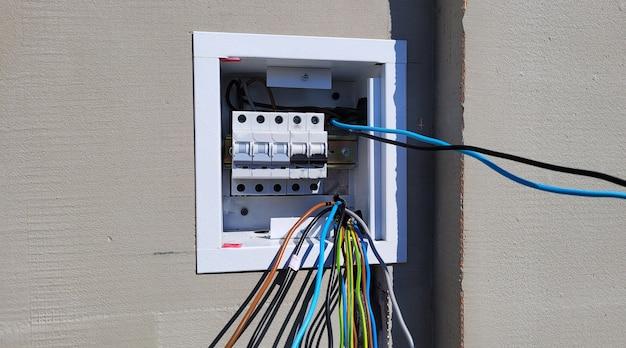 Skrzynka rozdzielcza z przewodami i wyłącznikami (skrzynka bezpiecznikowa)