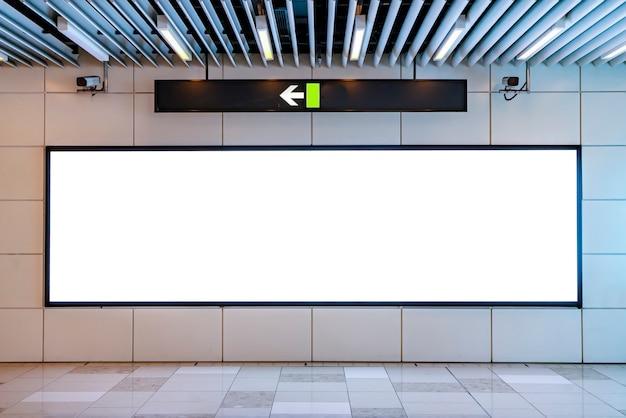 Skrzynka z lampą reklamową kanału stacji metra