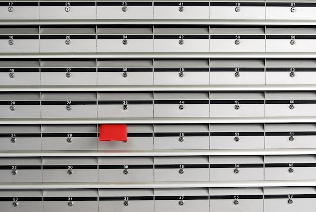 Skrzynki na listy z czerwonym kopercie