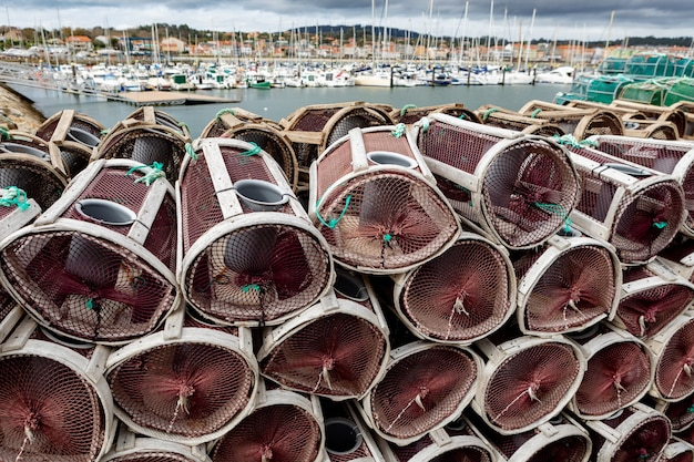 Skrzynki Z Homarami I Krabami W Hiszpańskim Porcie Premium Zdjęcia
