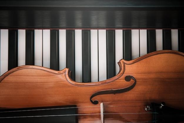 Skrzypce i fortepian. muzyka klasyczna.