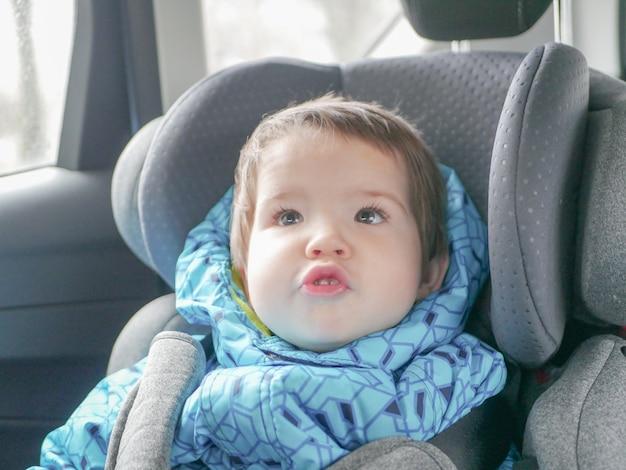 Skrzywienie dziecka w foteliku samochodowym. bezpieczeństwo dziecka w foteliku samochodowym podczas snu.