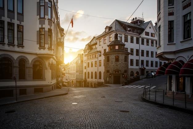 Skrzyżowanie dróg w europejskim mieście, alesund w norwegii. wieczór, zachód słońca, zmierzch
