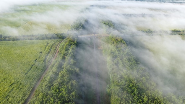 Skrzyżowanie linii kolejowych i autostradowych. widok z wysokości nad poranną jesienną mgłą.