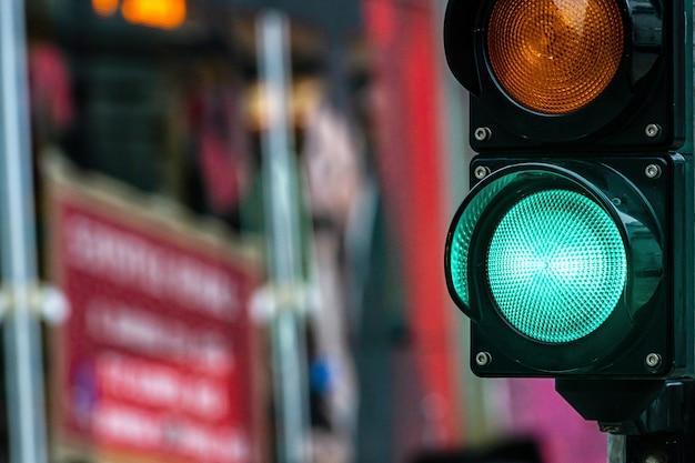 Skrzyżowanie miasta z semaforem. zielone światło w semaforze