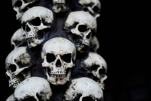 Skull halloween background wiele osób czaszki stoją jedna na drugiej. mistyczna koncepcja przerażająca. abstrakcyjny koszmar okultystyczny pomnik