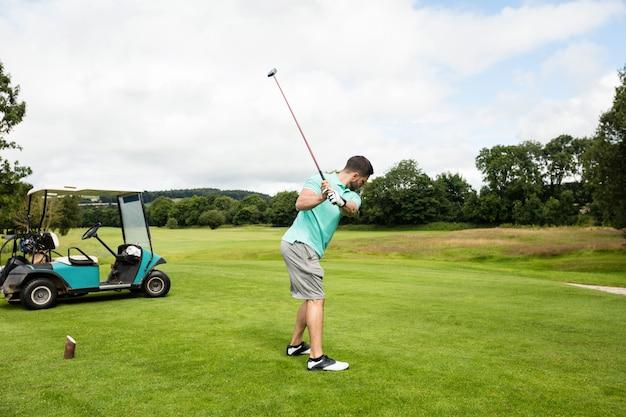 Skupiający się mężczyzna bawić się golfa