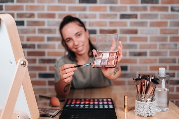 Skupienie się na palecie do makijażu, której młoda streamerka uczyła na swoim kanale o makijażu