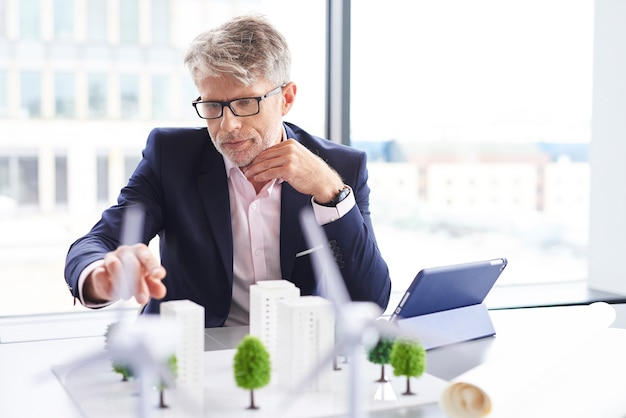 Skupiony mężczyzna myślący o nowym projekcie