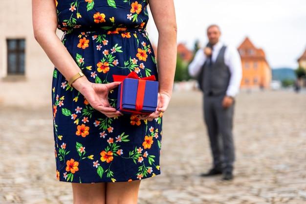 Skupiony prezent dla mężczyzny w tle