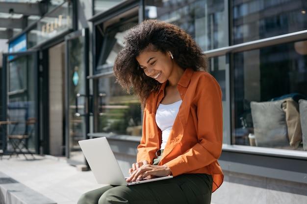 Skuteczny freelancer pisze na klawiaturze za pomocą laptopa, ogląda szkolenia