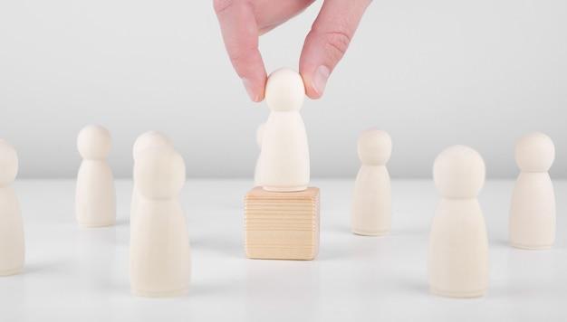 Skuteczny lider zespołu. biznesmen ręcznie wybrać osoby wyróżniające się z tłumu