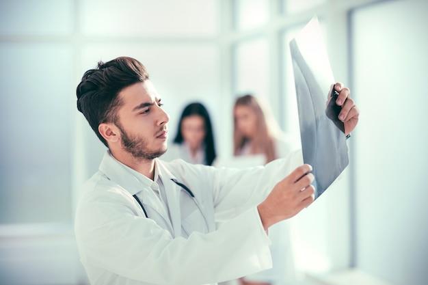 Skuteczny pediatra stojący na korytarzu centrum medycznego. zdjęcie z miejscem na kopię