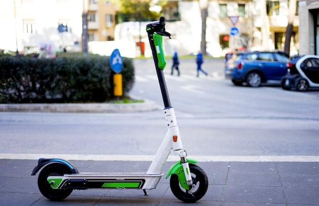 Skuter elektryczny e-skuter znak drogowy przyjazna dla środowiska zielona mobilność ulica transportu miejskiego