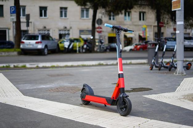 Skuter elektryczny na drodze, nowoczesny transport publiczny