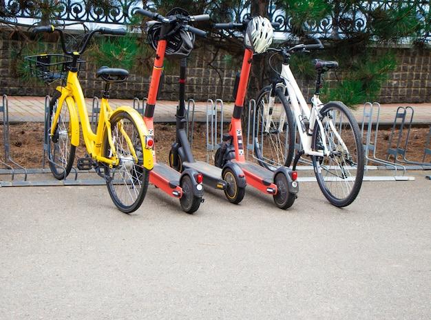 Skutery elektryczne rowery na parkingu wypożyczalnia pojazdów elektrycznych do poruszania się po mieście