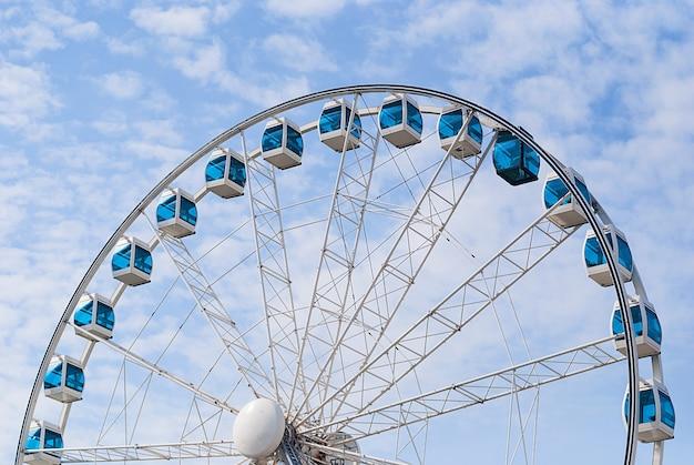 Sky wheel na tle błękitnego pochmurnego nieba, helsinki, finlandia