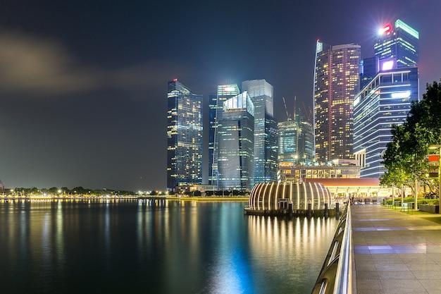 Skyline budynku singapuru w czasie zmierzchu