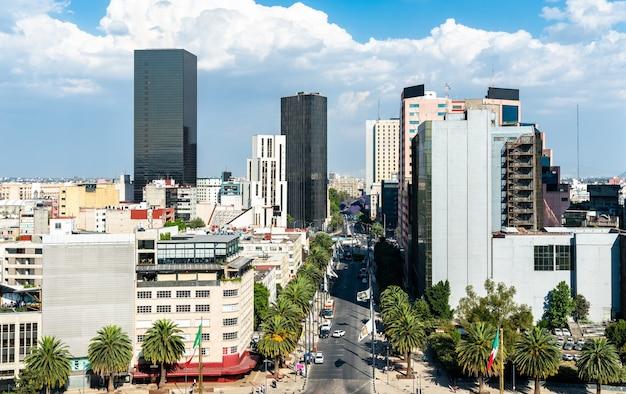 Skyline dzielnicy biznesowej w mexico city, stolicy meksyku