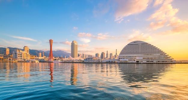 Skyline i port w kobe w japonii o zmierzchu