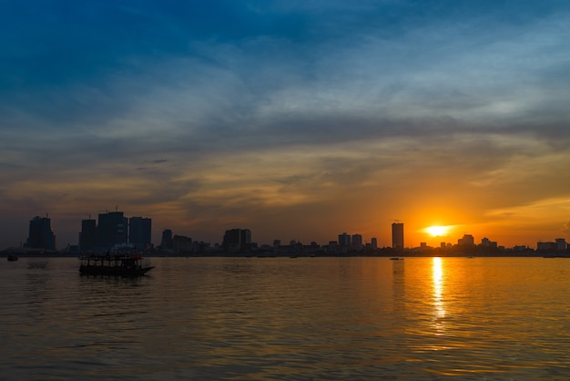 Skyline o zachodzie słońca