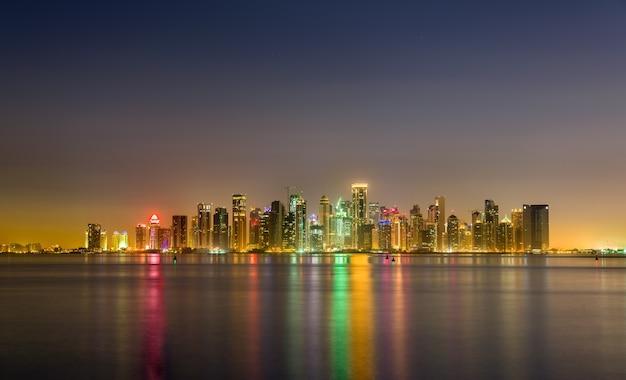 Skyline of doha w nocy. katar, bliski wschód