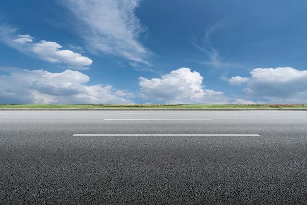 Skyline z asfaltowej nawierzchni i błękitne niebo i biała chmura