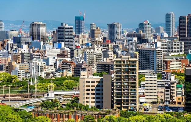 Skyline z miasta osaka w japonii, widok z zamku