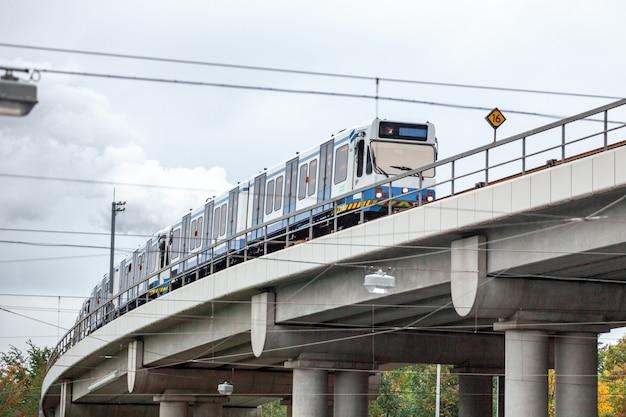 Skytrain w mieście amsterdam. pociąg pasażerski w holandii.
