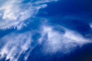 Słabe niebieskim tle nieba