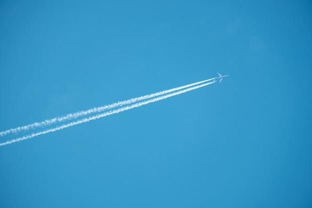 Ślad dżetowy samolot na niebieskim niebie