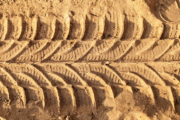 Ślad kół na piaszczystej drodze