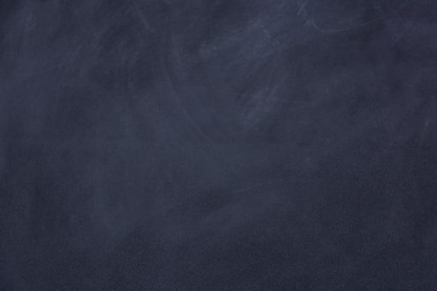 Ślad kredą przetarł na tablicy lub tablicy. czyści kredowej deski powierzchni tło