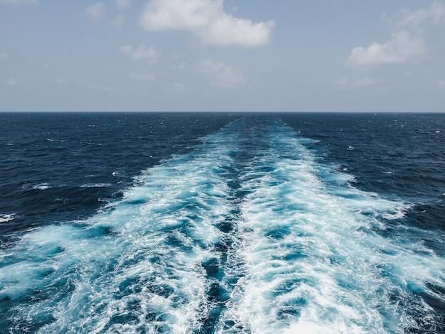 Ślad liniowca na powierzchni morza